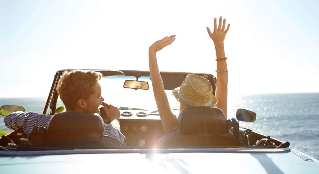 ζευγάρι σε ανοιχτό ενοικιαζόμενο αυτοκίνητο